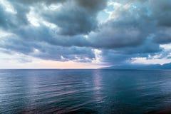 Nuage gris nuageux sur le ciel sombre avant un orage Photo stock