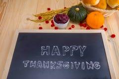 Nuage heureux de mot de thanksgiving sur un tableau noir d'ardoise de vintage Photos stock