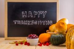 Nuage heureux de mot de thanksgiving sur un tableau noir d'ardoise de vintage Photo libre de droits
