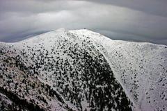 Nuage lenticulaire formant au-dessus de la montagne Images stock