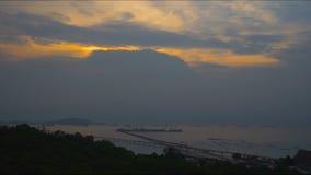 Nuage lisse de coucher du soleil de laps de temps avec la montagne de vert de premier plan de fond de mer banque de vidéos