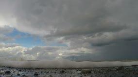 Nuage lourd accrochant au-dessus de la mer agitée, temps orageux répartissant le littoral banque de vidéos