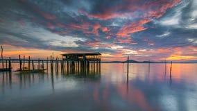 Nuage majestueux pendant le lever de soleil au-dessus de la jetée de pêcheur Photos stock