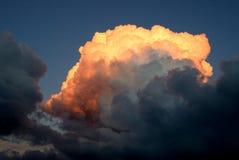 Nuage orange sur un coucher du soleil photographie stock libre de droits