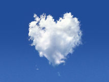 Nuage pelucheux de la forme du coeur. Image stock