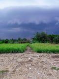 nuage pleuvant dans le pays Photos libres de droits