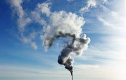 Nuage puissant de vapeur sortant du tuyau dans la forme de point d'interrogation photos libres de droits