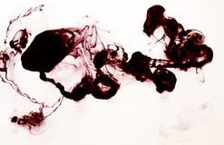 Nuage rouge et à l'encre noire dans la texture fabriquée à la main de l'eau DIY d'isolement sur le blanc Image stock