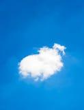 Nuage simple sur le ciel Photographie stock libre de droits