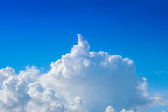 Nuage sur le ciel bleu image libre de droits