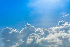 Nuage sur le ciel bleu Photographie stock