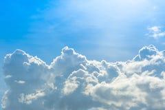 Nuage sur le ciel bleu images stock
