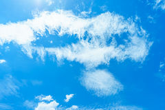 Nuage sur le ciel bleu Photo stock