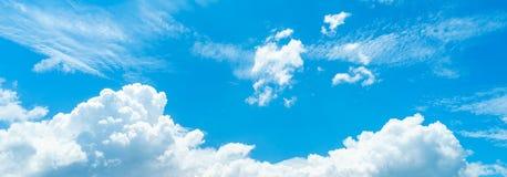 Nuage sur le ciel bleu Image stock