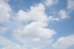 Nuage sur le ciel bleu illustration de vecteur