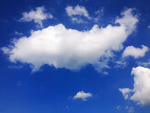 Nuage sur le ciel bleu Photographie stock libre de droits