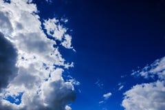 Nuages à haute altitude vus pendant l'été, sur un fond bleu, avant un orage photo libre de droits
