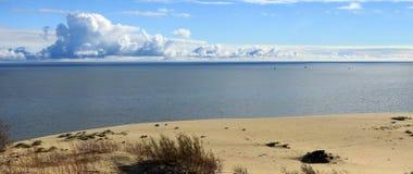 Nuages énormes au-dessus de l'horizon de mer dans un wea clair images stock