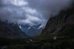 Nuages épais au-dessus d'arête et de vallée de montagne photos libres de droits