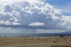 Nuages épais pittoresques, paysage de plage Photographie stock libre de droits