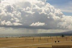 Nuages épais pittoresques, paysage de plage Image libre de droits