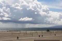 Nuages épais pittoresques, paysage de plage Photographie stock