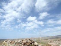 Nuages étonnants dans un ciel canarien images libres de droits