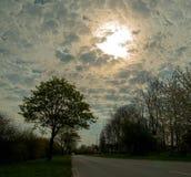 Nuages étonnants dans une route de matin photographie stock