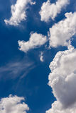 Nuages abstraits en ciel bleu pour le blackground Images libres de droits