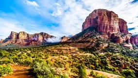 Nuages accrochant autour de Lee Mountain et de la butte de tribunal entre le village d'Oak Creek et Sedona en Arizona du nord photographie stock