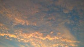 Nuages allumés par le soleil de matin photos libres de droits