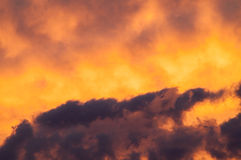 Nuages ardents à un coucher du soleil Photo stock
