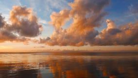 Nuages ardents au-dessus du lever de soleil d'océan banque de vidéos