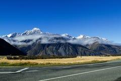 Nuages arrondissant les montagnes chez Aoraki Mt Cuisinier National Park Images libres de droits