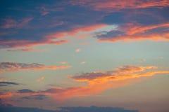 Nuages au coucher du soleil avant ciel orange de pluie et foncé bleu photos stock