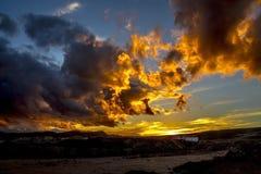 Nuages au coucher du soleil dans les montagnes Photo stock