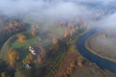 Nuages au cours de l'automne Trigorskoe Pushkinskie sanglant, Russie image stock