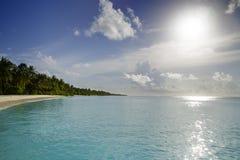 Nuages au-dessus d'île dans l'Océan Indien photos stock