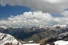 Nuages au-dessus d'arête caucasienne Photo stock