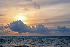 nuages au-dessus d'océan au coucher du soleil Photo libre de droits
