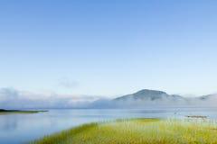 Nuages au-dessus d'un lac Images stock