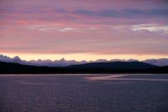 Nuages au-dessus d'un lac de montagne Photographie stock libre de droits