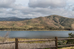 Nuages au-dessus d'une chaîne et d'un lac de montagne à Chula Vista, la Californie Photos stock