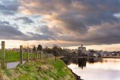 Nuages au-dessus de château de Warkworth Images stock