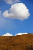 Nuages au-dessus de colline Images stock