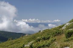 Nuages au-dessus de flanc de coteau, montagnes d'Apuseni, Roumanie photo libre de droits