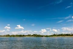 Nuages au-dessus de fleuve Images libres de droits
