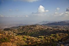 Nuages au-dessus de Guru Shikhar, montagnes d'Arbuda, bâti Abu, Di de Sirohi photos libres de droits