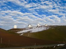 Nuages au-dessus de l'observatoire, Mauna Kea, Hawaï image stock