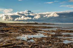 Nuages au-dessus de la côte du Northumberland images stock